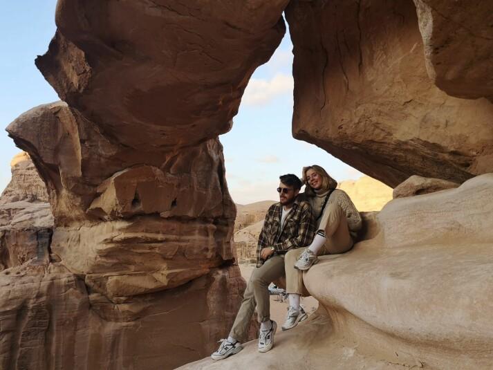 Kyrre Lien og samboer Benedicte Tobiassen i ørkenen i Jordan. Paret bodde i hovedstaden Amman høsten 2018.