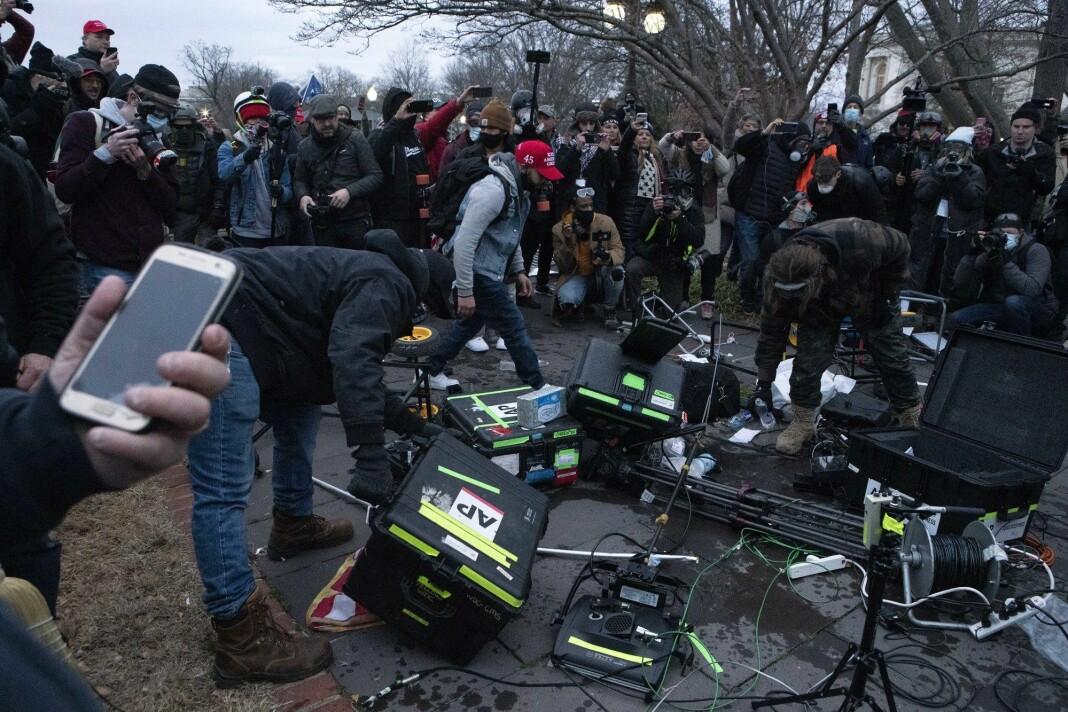 Demonstrantene gikk til angrep på utstyret til Associated Press.