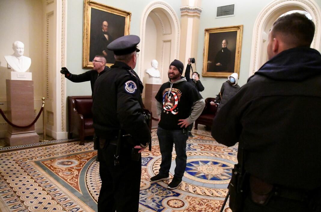 Etter de voldelige handlingene i Washington, har Twitter valgt å stenge kontoer knyttet til Qanon-bevegelsen.