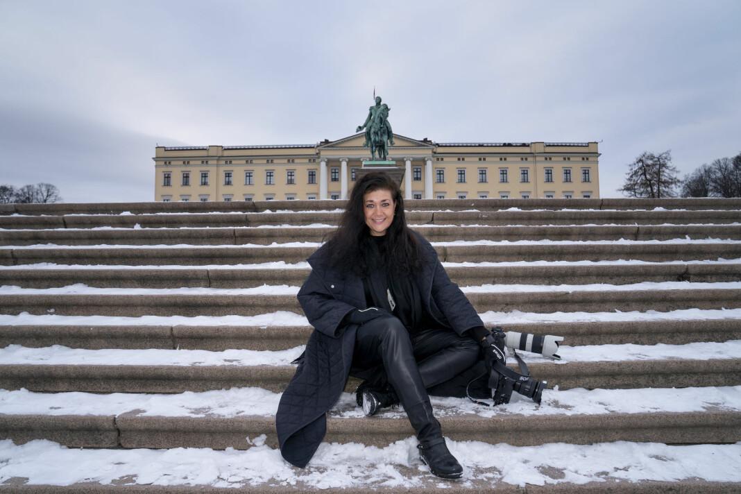 NTB-fotograf Lise Åserud foran Slottet i Oslo.