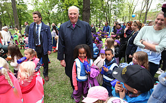 Kong Harald får mange spørsmål av barnehagebarn under åpningen av Prinsesse Ingrid Alexandras Skulpturpark.