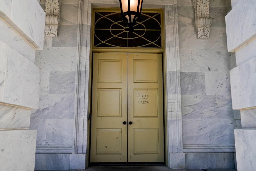 Mange merket seg frasen «Murder the media», skrevet på en dør i kongressbygningen etter opptøyene 6. januar.