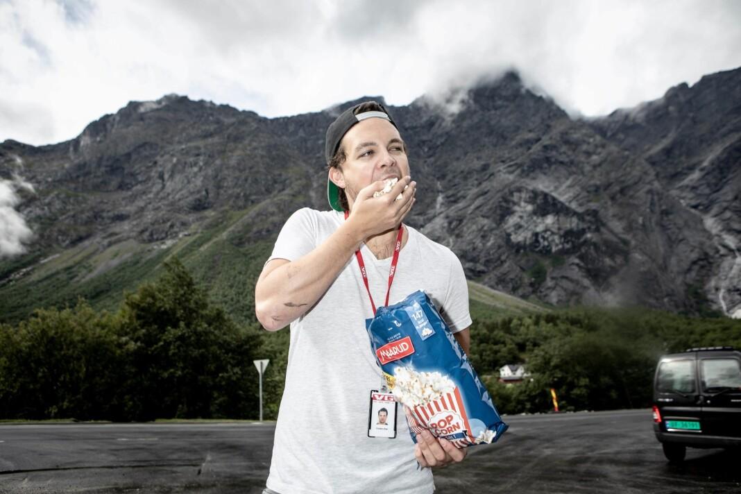 Nyansatt multimedial fotojournalist i NTB, Torstein Bøe, her mens han jobba i VG. – Det ble en tradisjon for at jeg kjøpe popcorn mens jeg satt å ventet på Mannen, forteller han.