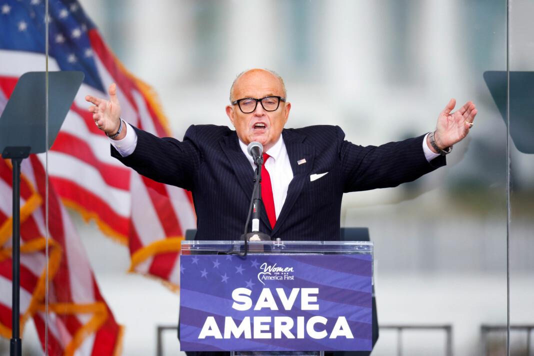 Dominion, som har levert en rekke av de elektroniske stemmemaskinene i USA, saksøker nå Trump-advokat Rudy Giulliani for injurier.