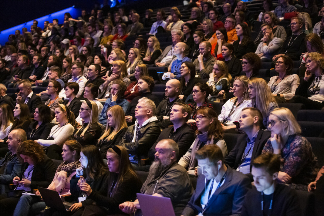 Mange konferanser hadde et ønske om å komme sterkere tilbake i 2021, men heller ikke i år blir det mange muligheter til å sitte så tett som publikum gjør her – på Skup-konferansen 2019 i Tønsberg.