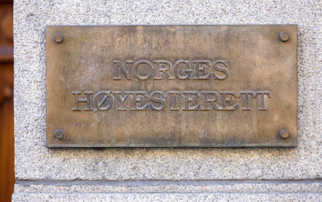 Det er vanligvis ikke tillatt med overføring fra norske rettsforhandlinger, men Høyesterett påpeker at det i denne saken foreligger særlige grunner til å gå vekk fra forbudet.
