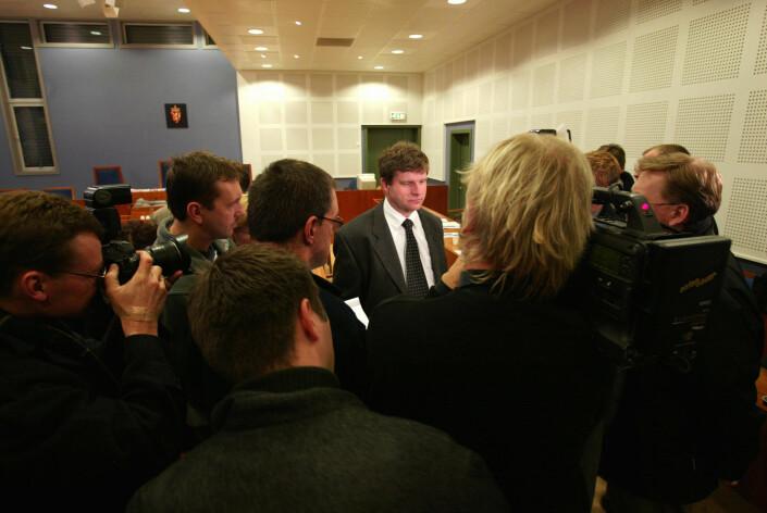 Advokat Tore H. Pettersen, som var Viggo Kristiansens forsvarer i ankesaken i 2002, blir her omkranset av journalister.