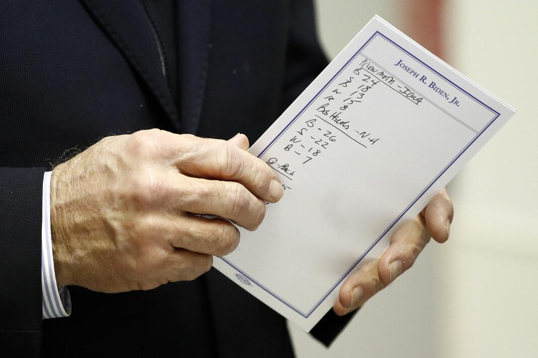Daværende presidentkandidat Joe Biden med et kort som viste resultater fra meningsmålingene.