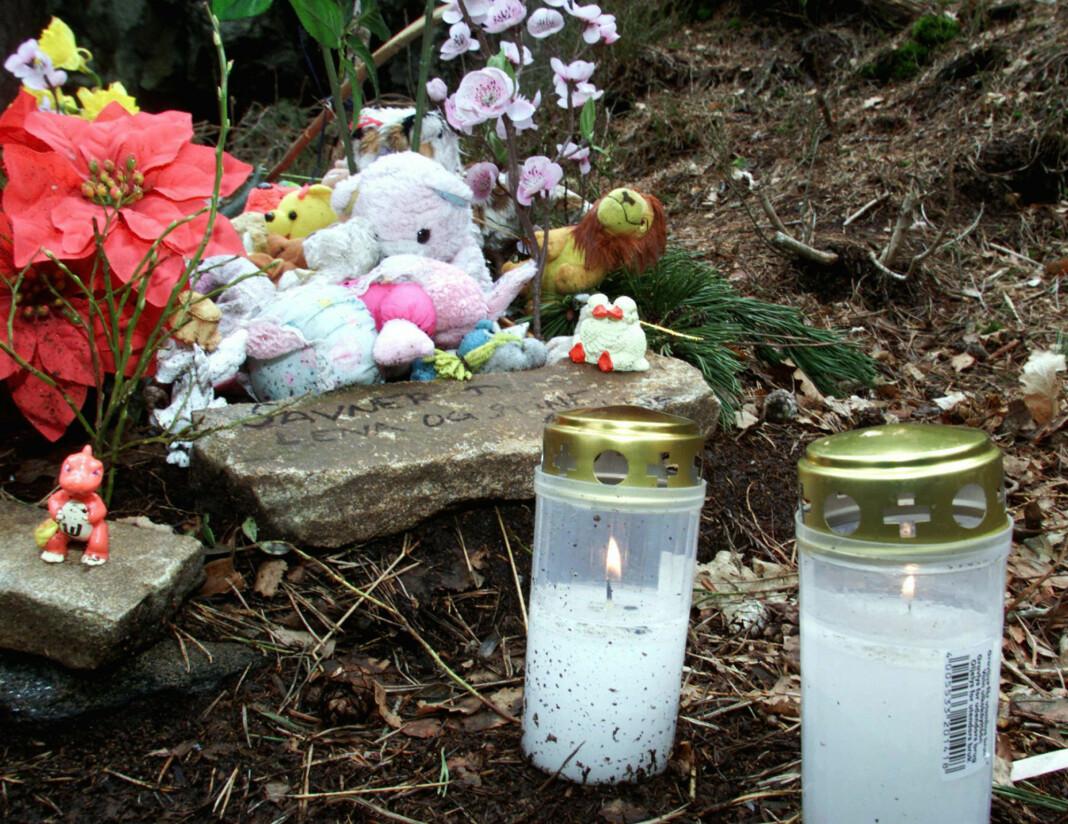 Lys, blomster og små leker sto lenge ved stien i Baneheia etter drapene på Stine Sofie Sørstrønen og Lena Sløgedal Paulsen i mai 2000.