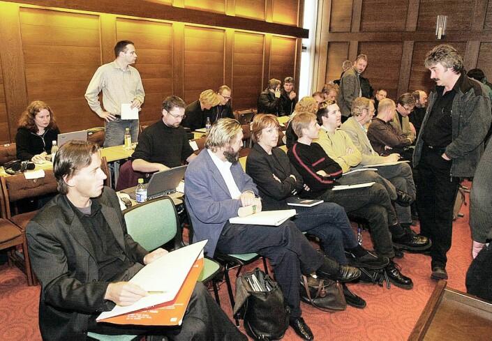 Pressekorpset under første rettsdag i 2001. Eivind Pedersen stående til høyre.