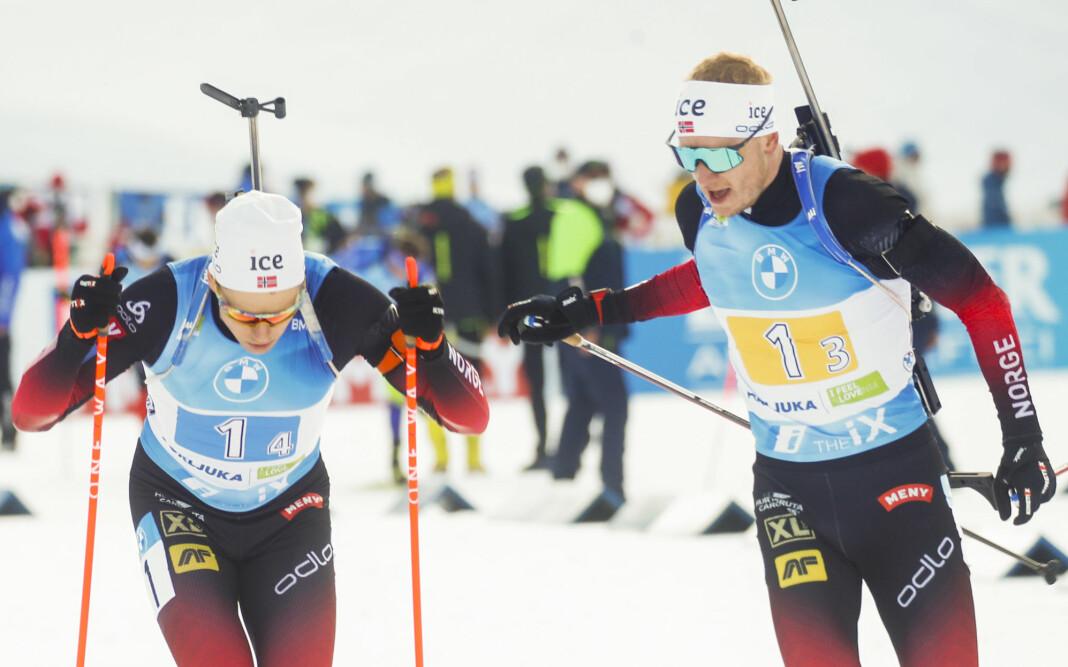 Vetle Sjåstad Christiansen (t.v) og Johannes Thingnes Bø fra Norge veksler mellom 3. og 4. etappe av stafett for menn under VM i skiskyting 2021 i Pokljuka.