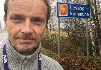 NRK-journalist Jøte Toftaker bruker å ta bilde av seg selv foran kommuneskilt.