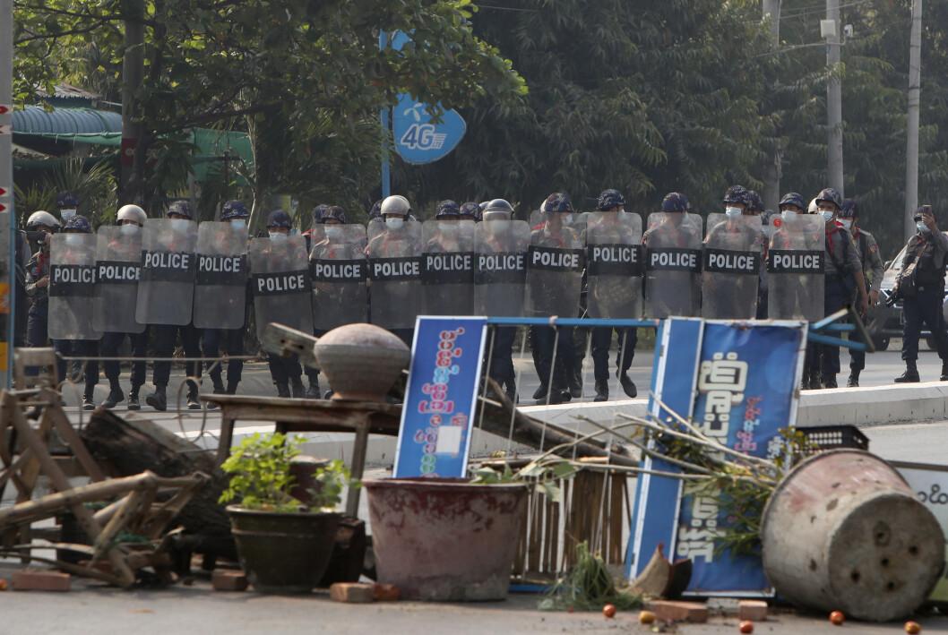 Politistyrker under en demonstrasjon mot de militære kuppmakerne i Myanmar søndag.