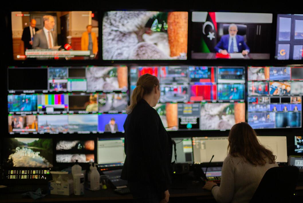 Flere leste nyheter på nett i fjor, samtidig flatet andelen som så på lineær-TV og lyttet til radio ut. Bildet er fra kontrollrommet til TV 2 Nyhetskanalen.