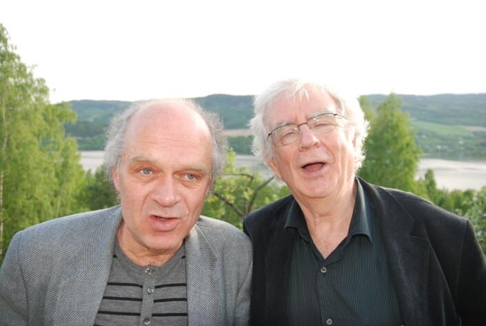 Tidligere forlagsredaktør i Aschehoug, Trygve Åslund, snakker med hovedpoet, Jan Erik Vold, under en pause fra maset ved litteraturfestival på Lillehammer om hvem som visste hva om blant annet rundetider. Men utover dette så har bildet selvsagt ingenting med noen av sakene å gjøre. Puh.