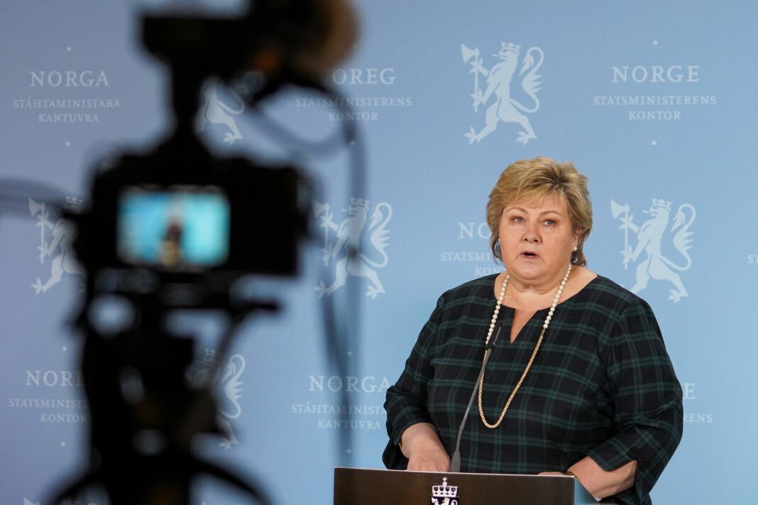 Statsminister Erna Solberg (H) møter pressa på Statsministerens kontor tirsdag kveld.