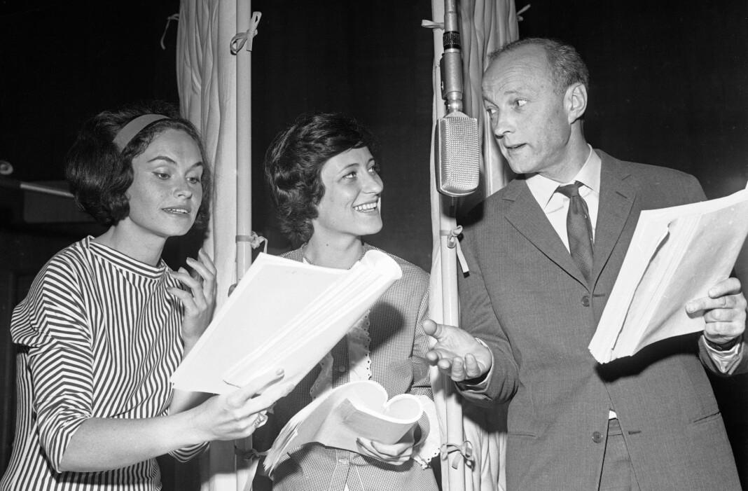 Radioteateret spiller inn «Pjolter i Soloppgang» av Gunnar H. Hardtvedt. Fra venstre skuespillerne Ingerid Vardund, Tone Schwartzott og Frank Robert ved mikrofon i studio. Bildet er fra 1963.