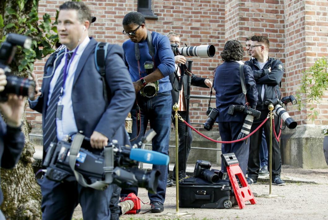 Fotografer utenfor kirken før konfirmasjonen til prins Sverre Magnus i Asker kirke høsten 2020. Det var mest menn.