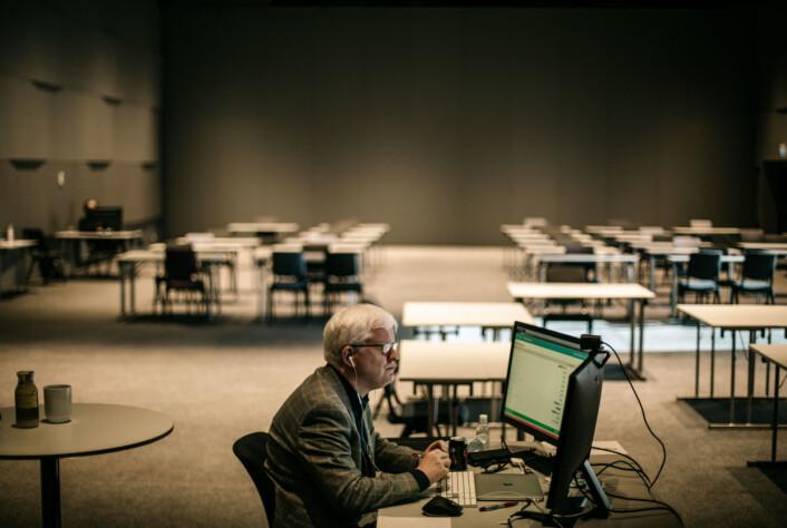 Dag Idar Tryggestad på årets NJ-landsmøte. Med god avstand til arrangører andre delegater.