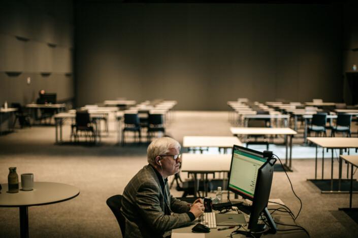 Dag Idar Tryggestad er plassert i et rom langt unna resten av delegatene. Bildet er fra landsmøtets første dag