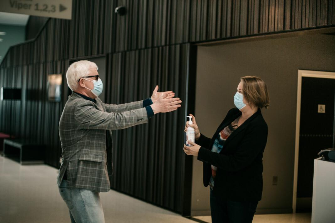 Dag Idar Tryggestad og Hege Iren Frantzen i noe som kan virke som en håndspritdans.
