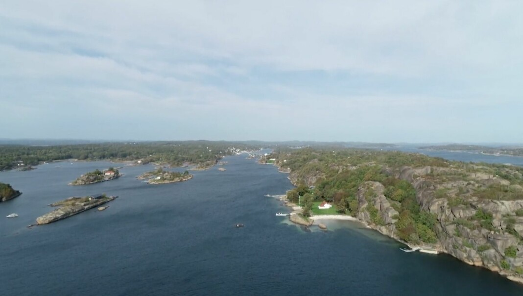 Dronebildene i artikkelen «Varsleren» ble passende nok vanskelige å få tak i fordi mye av strandsonen er privat.