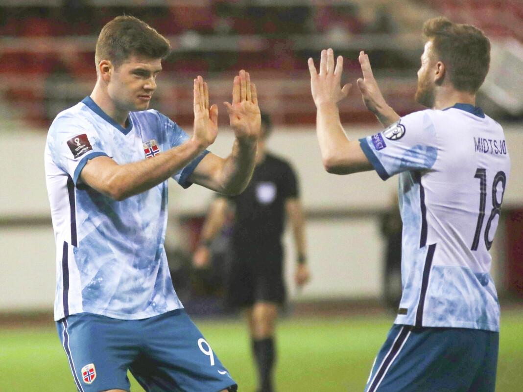 Alexander Sørloth og Fredrik Midtsjø feirer etter Norges 1-0-scoring.