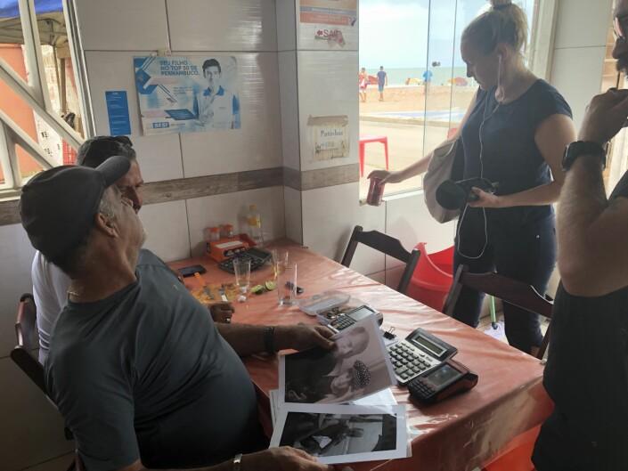 Teamet hadde med seg bilder av Reidar Sandanger som de viste til omtrent alle de møtte.