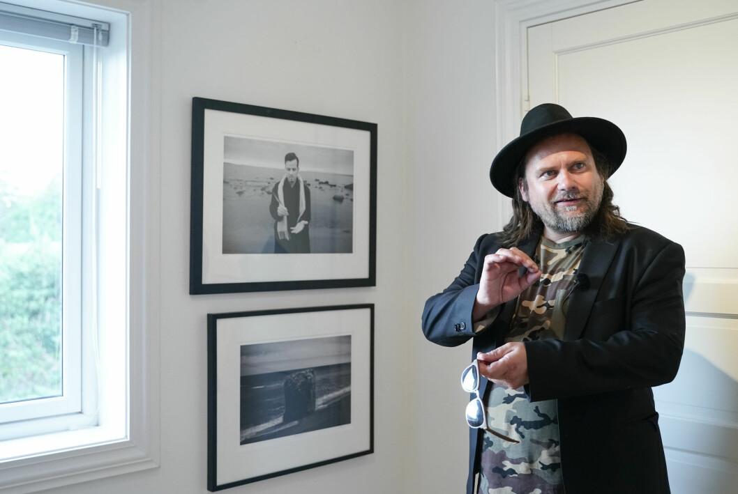 Per Heimly under en utstilling med Ari Behns verker på Galleri Varden på Jeløya.