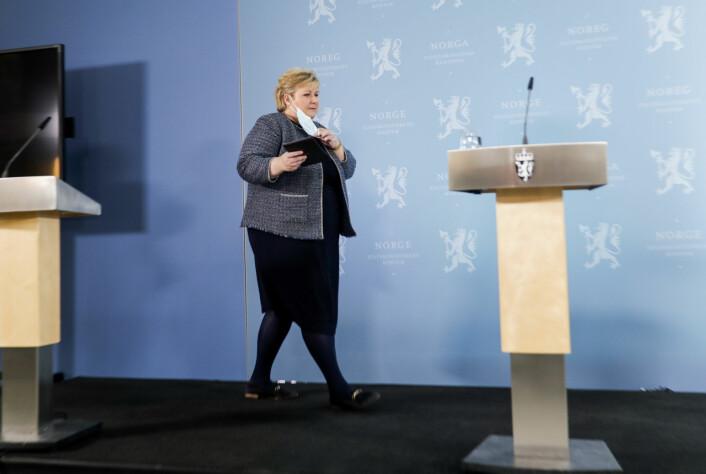 – Det er vanskelig for oss av og til. Det er masse medieoppslag hver dag, sier Erna Solberg.