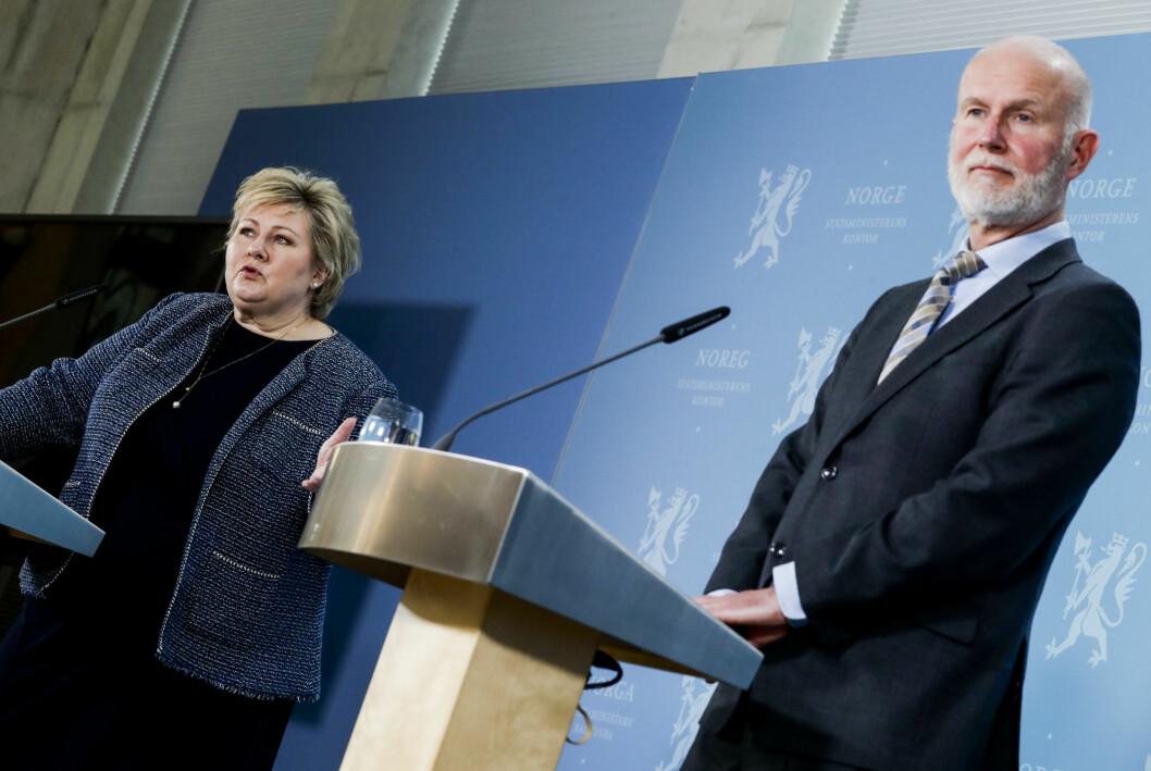Statsminister Erna Solberg (H) og helsedirektør Bjørn Guldvog under onsdagens pressekonferanse om gjenåpningen av Norge.