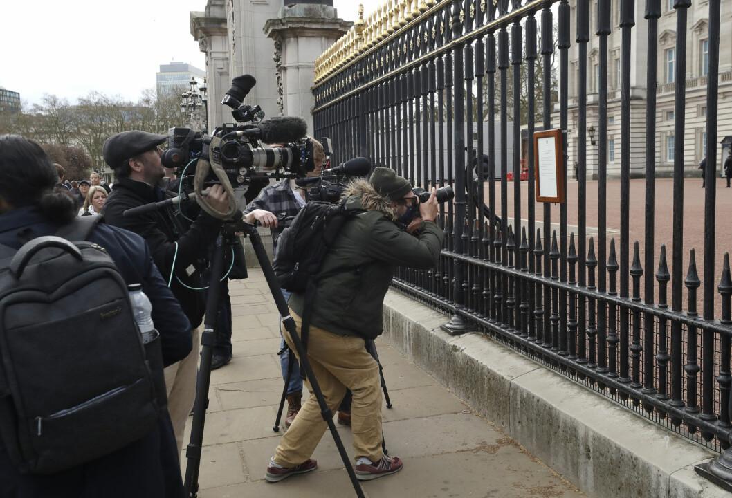 ritisk presse på plass utenfor Buckingham Palace etter kunngjøringen om prins Philips død.