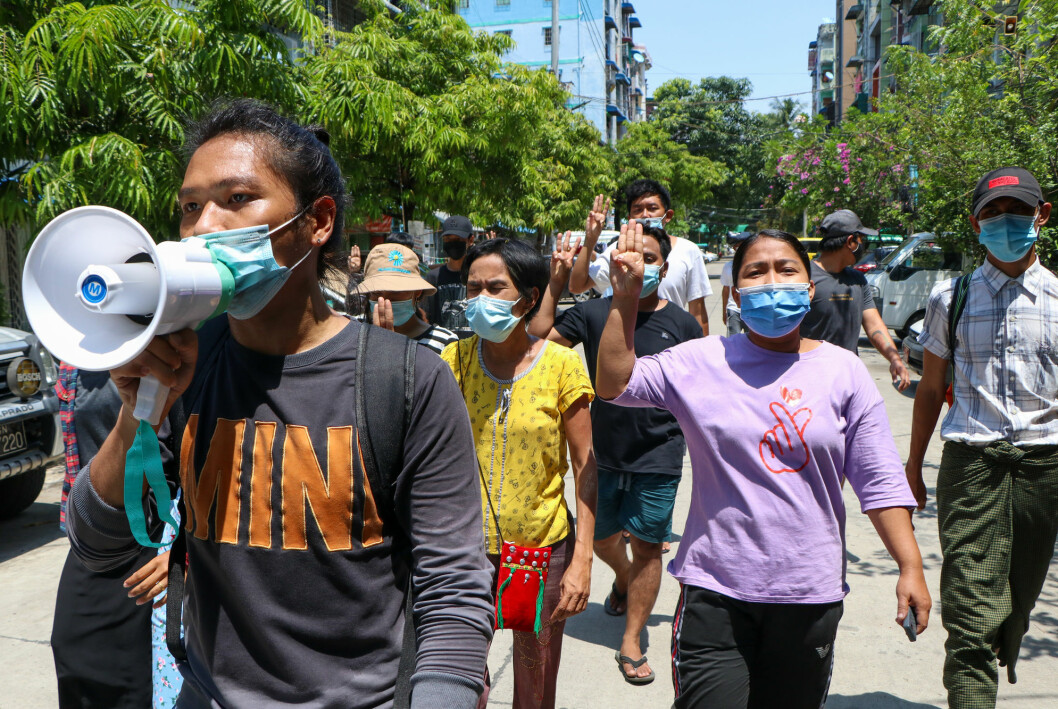 Unge demokratiforkjempere demonstrerer i Yangon søndag. Aktivistene tar i bruk stadig nye metoder for å omgå juntaens informasjonssensur.