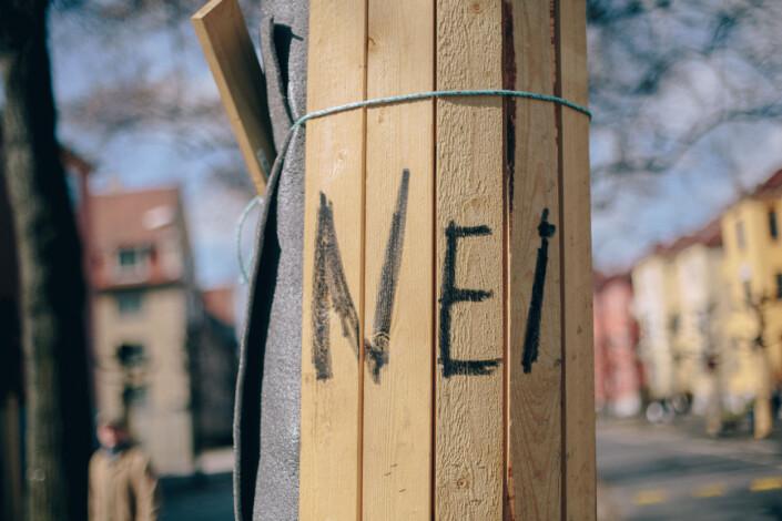 Noen har skrevet «Nei» på et av trærne i Gyldenøves gate