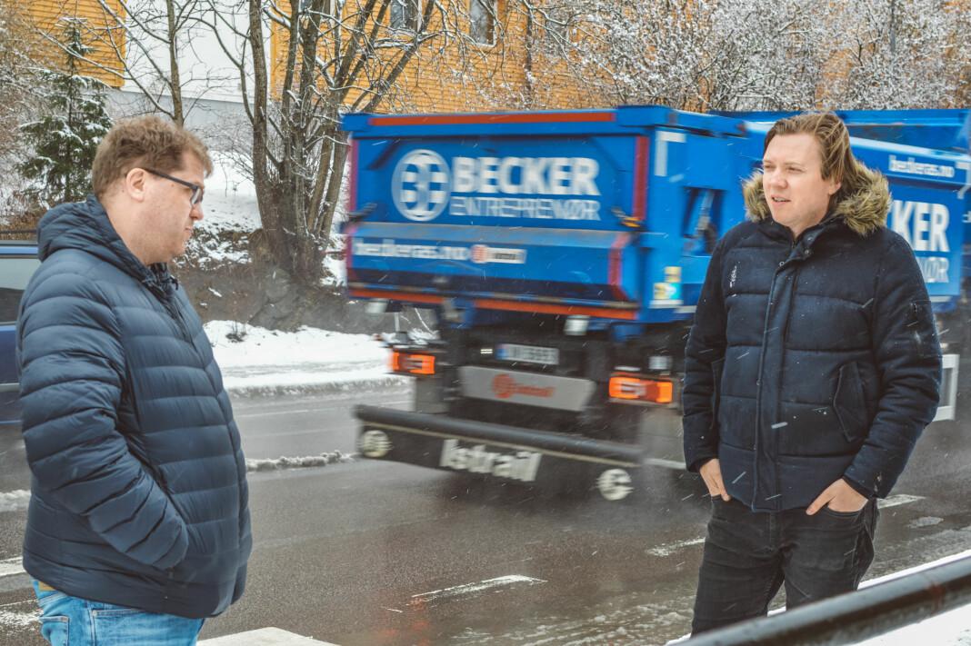 Budstikka-journalist Jørgen Dahl Kristensen (t.v.) og presseforbundet-rådgiver Sindre Granly Meldalen ser på nyåpnet tilgang til viktig trafikkstatistikk som minst en halv seier.