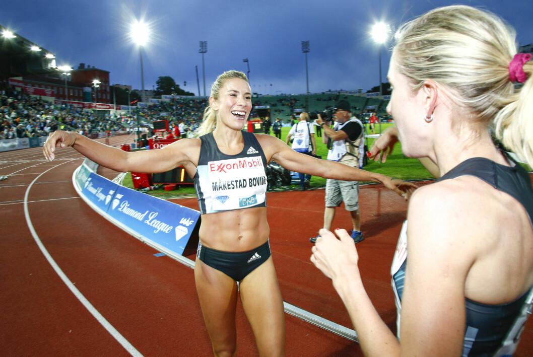 Ingvill Måkestad Bovim (t.v.) gir Karoline Bjerkeli Grøvdal en klem etter drømmemila for kvinner under Bislett Games på Bislett stadion torsdag kveld. Grøvdal satte ny norsk rekord.