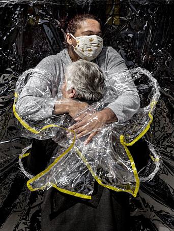 Bildet av 85 år gamle Rosa og sykepleieren Adriana vant World Press Photo i 2021.