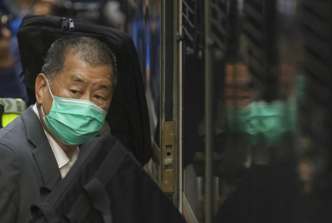 Jimmy Lai på vei ut av retten i 1. februar. Fredag ble han dømt til 14 måneder fengsel.