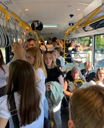 Dette bildet tok jeg i midten av august 2020 på en buss hjemme i Bærum. Å komme fra New York i fjor sommer, hvor absolutt alle gikk med masker både på gata og i butikker og på t-banen, og hjem til dette, var en svært stor overgang.