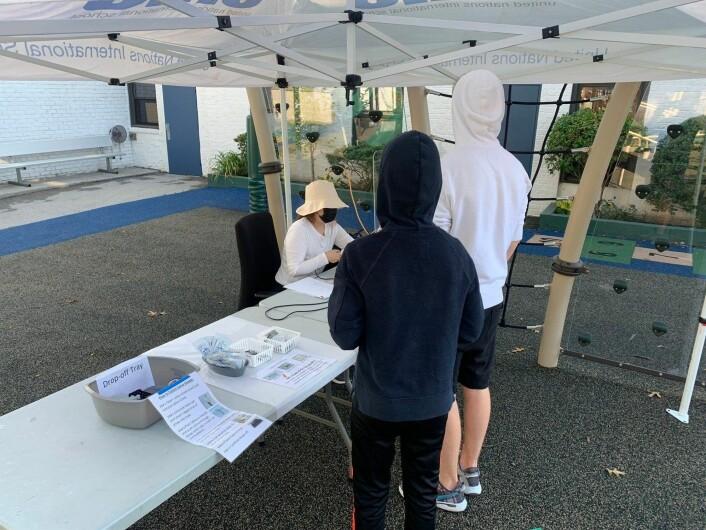 Sønnene våre på 14 og 16 år har blitt testet jevnt og trutt gjennom hele det siste året. Her testes de for koronaviruset før skolestart i september 2020.