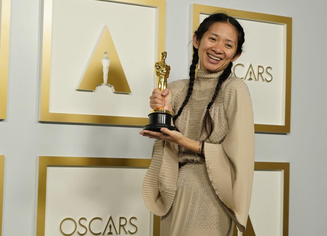 Chloé Zhao er den andre kvinnen – den første som ikke er hvit – som får Oscar for begge regi. Men i fødelandet Kina er det stille i mediene, og sosiale medier renses for omtale av tildelingen.