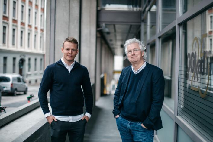 – Det er et ønske om å gjøre oss til mikrofonstativer ved at pressekonferanser kommer sent opp mot deadline, sier Per Anders Johansen (til høyre). Her sammen med kollega Daniel Røed-Johansen.