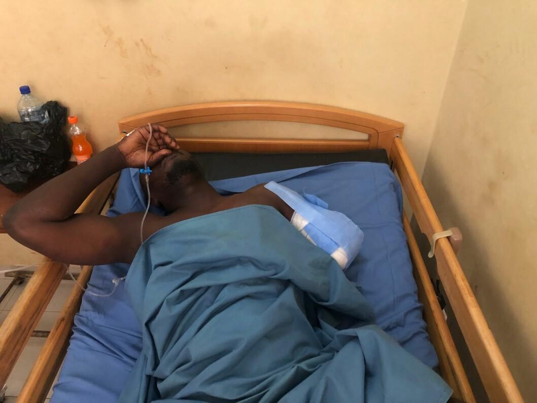 En soldat som ble såret i angrepet, behandles på et militærsykehus i Burkina Fasos hovedstad Ouagadougou. Ifølge den spanske regjeringen ble to spanske journalister drept i angrepet, mens sikkerhetskilder sier at også en ire ble drept.