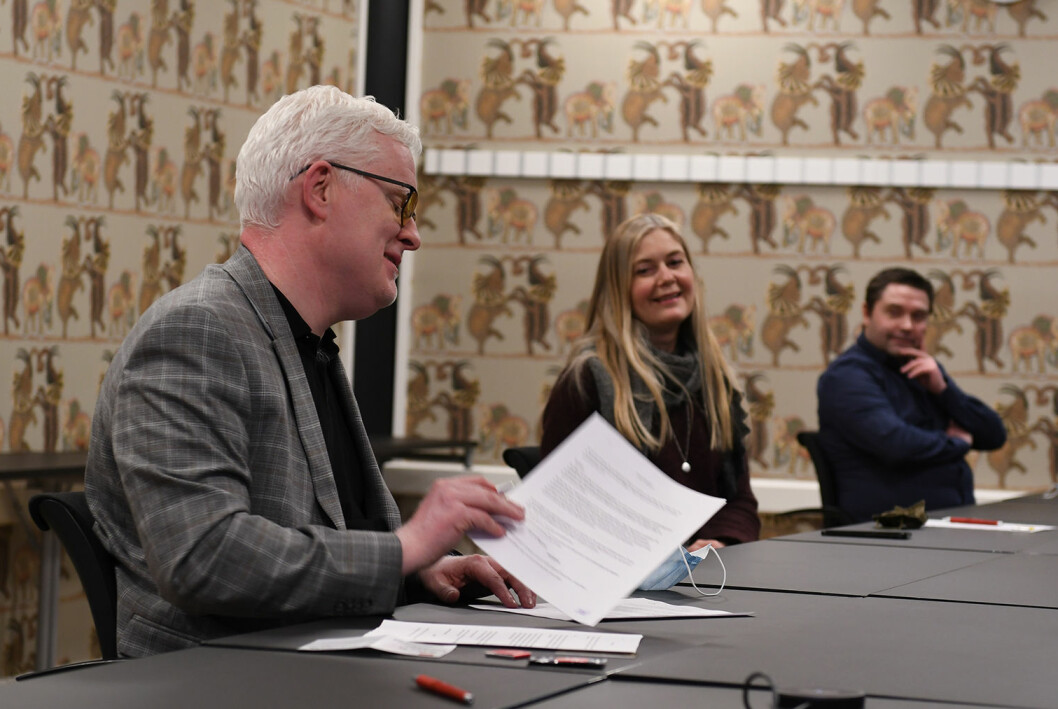 Dag Idar Tryggestad signerer forhandlingsprotokollen natt til fredag. Her sammen med Hege Fagerheim og Pål Hellesnes.