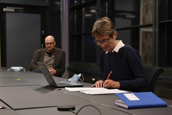 MBLs forhandlingsleder Pernille Børset signerer protokollen. I bakgrunnen MBL-styreleder Pål Nedregotten.