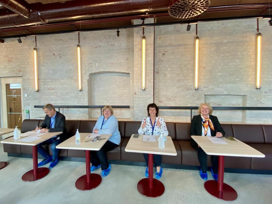 Klare for signering. Fra venstre Per Brikt Olsen, Elin Floberghagen, Torill Roås og Kristin Viker Aanesen.