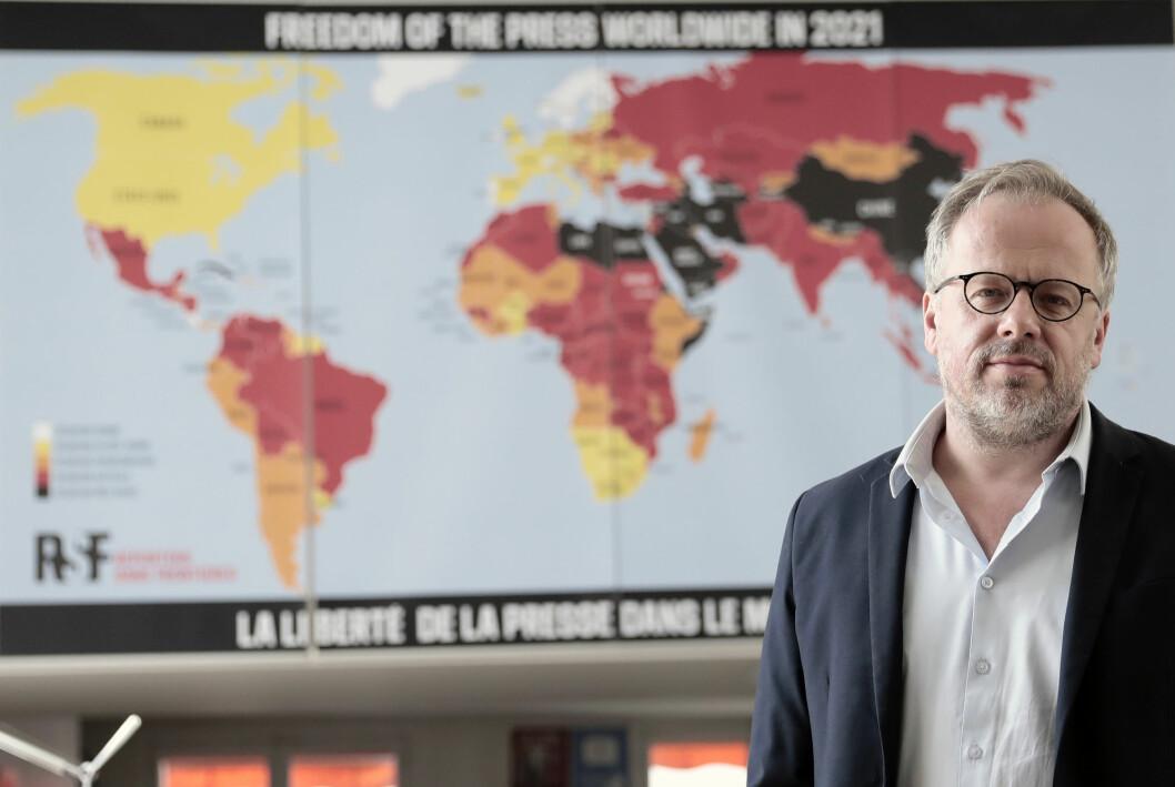 Christophe Deloire, leder for Reportere uten grenser, foran årets oppdaterte «presseindeks».
