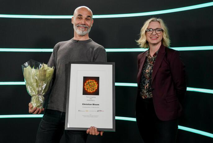 Årets avistegning-vinner Christian Bloom sammen med juryleder Sarah Sørheim.