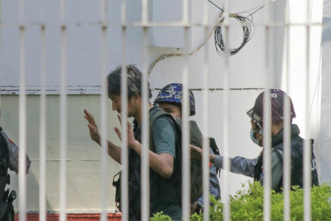 Frilansjournalist Yuki Kitazumi på vei inn på en politistasjon i Yangon 26. februar. Han ble den gang løslatt igjen, men deretter pågrepet for andre gang 18. april.