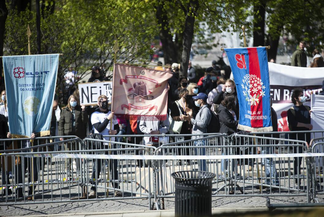 Motdemonstranter på plass under SIAN-demonstrasjonen foran Stortinget forrige lørdag.